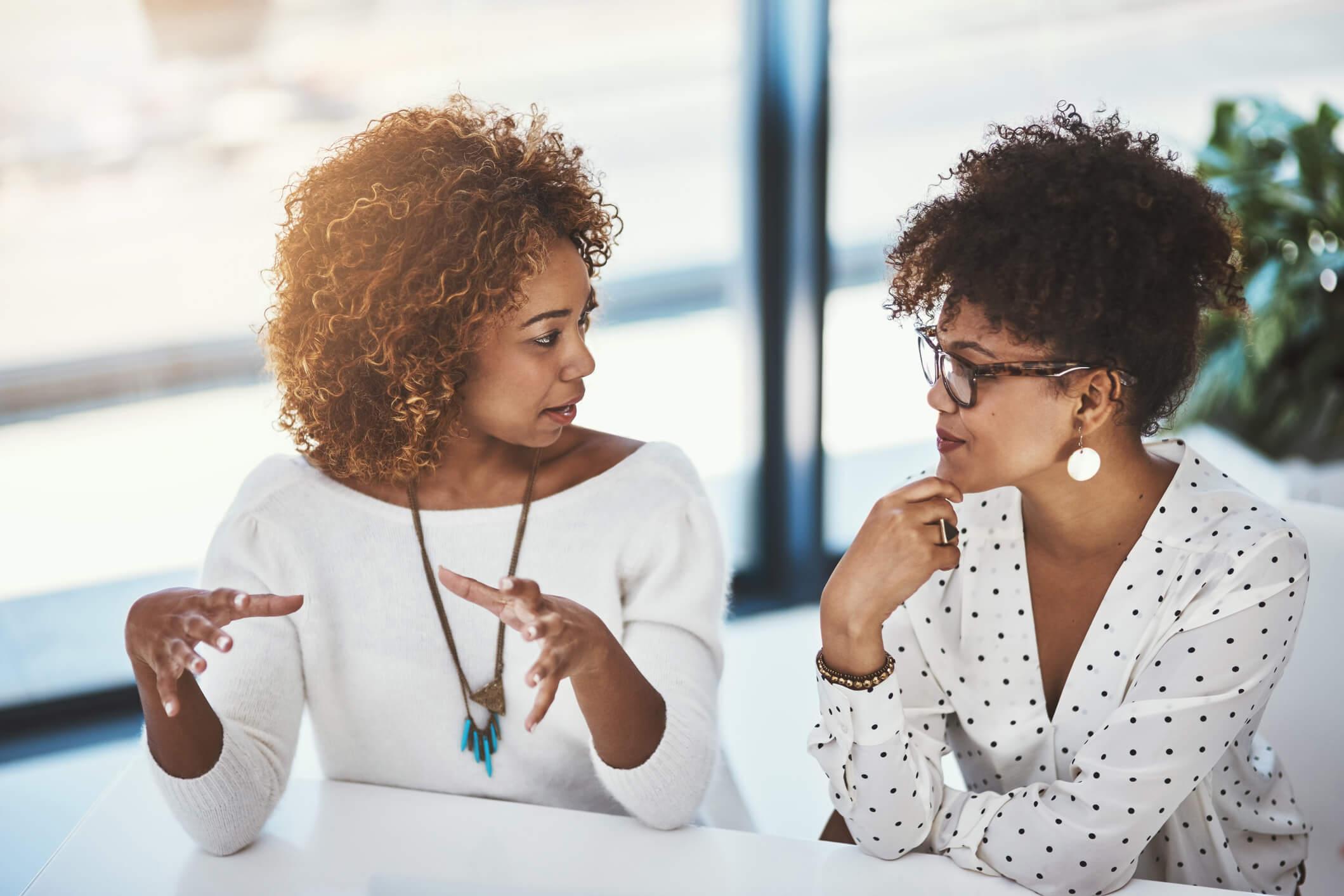 Rapport é uma palavra de origem francesa utilizada para descrever um estado de conexão emocional entre duas pessoas. Saiba mais!